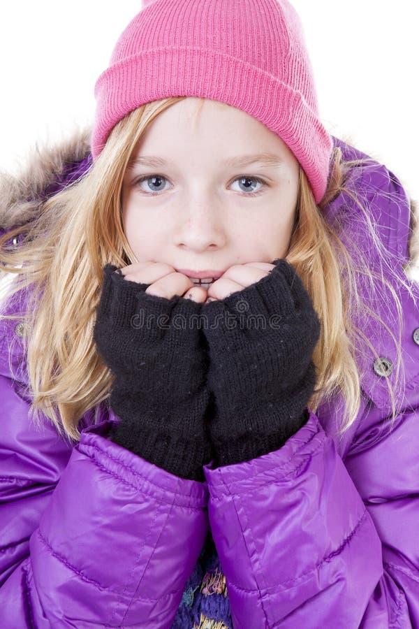 Jugendliche wirft in der Winterausstattung über weißem backgroung auf lizenzfreies stockbild