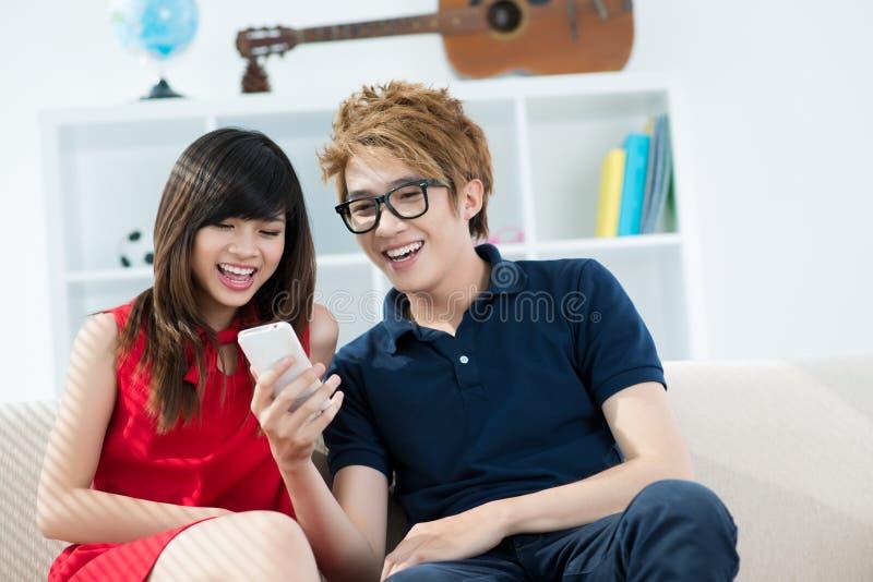 Jugendliche zu Hause stockfoto