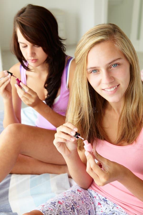 Jugendlichefreunde, die Nägel malen stockfoto