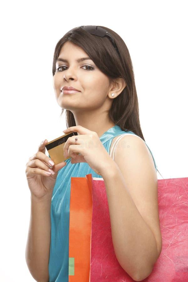 Jugendlicheholding-Kreditkarte lizenzfreies stockfoto