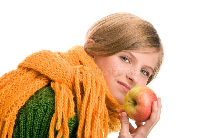 Jugendlicheholdingapfel stockfoto