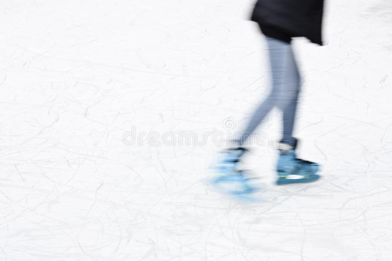 Jugendlicheislauf, Beine in der Bewegungsunschärfe stockbilder