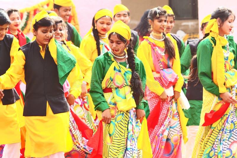 Jugendlichen tanzen mit vollem von Energie lizenzfreie stockbilder