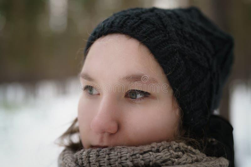 Jugendlichenahaufnahmeporträt im Winterkiefernwald lizenzfreies stockbild
