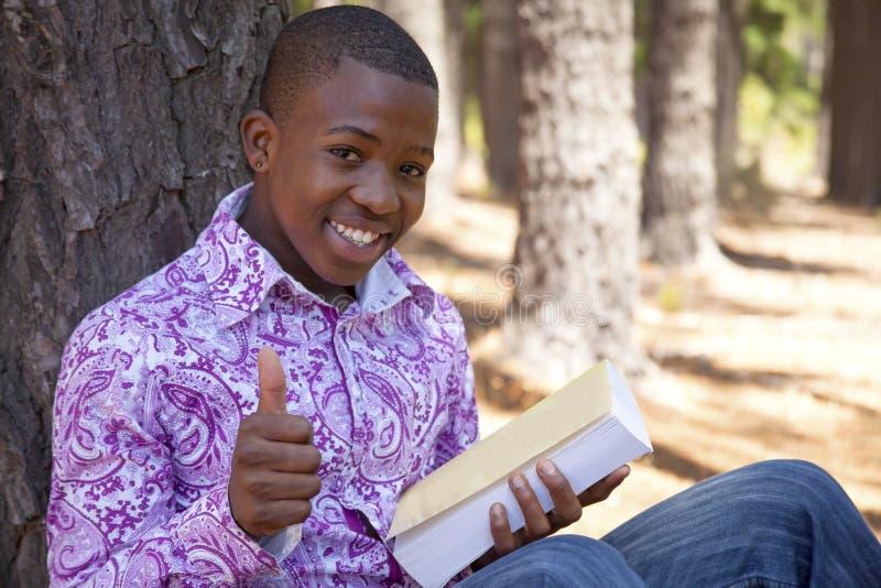 Jugendlicher afrikanischer Junge lizenzfreies stockbild