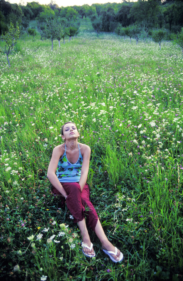 Jugendlicher, der auf dem Gebiet sich entspannt lizenzfreie stockfotos
