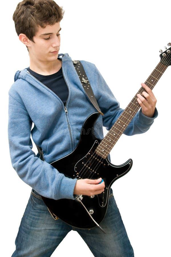 Jugendlicher, der elektrische Gitarre spielt stockbild