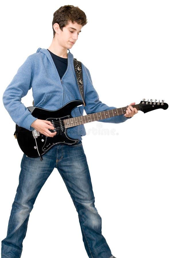 Jugendlicher, der elektrische Gitarre spielt stockfotografie