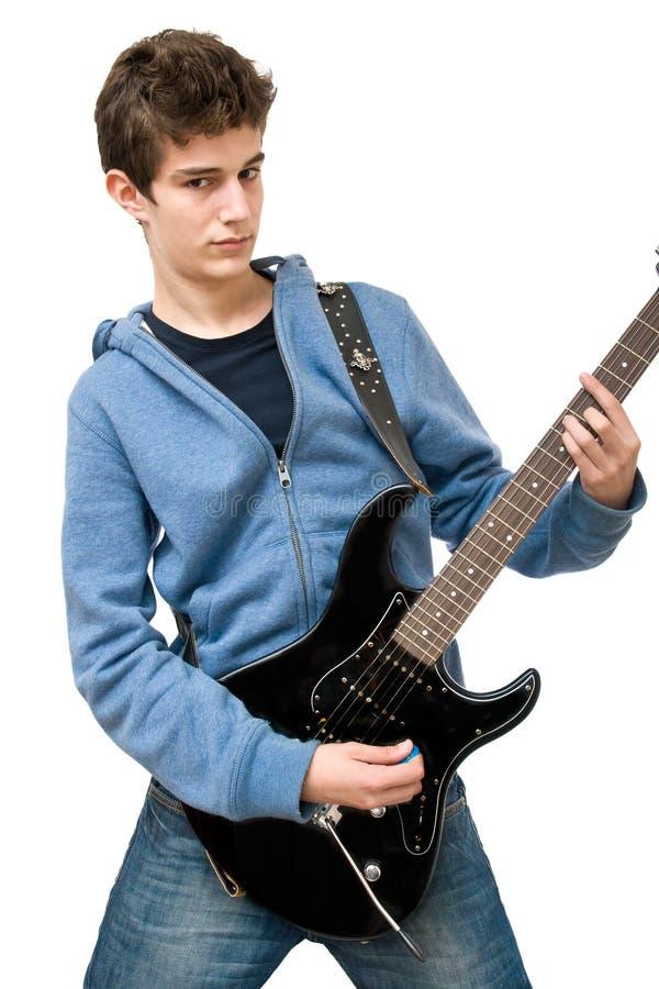 Jugendlicher, der elektrische Gitarre spielt stockfoto