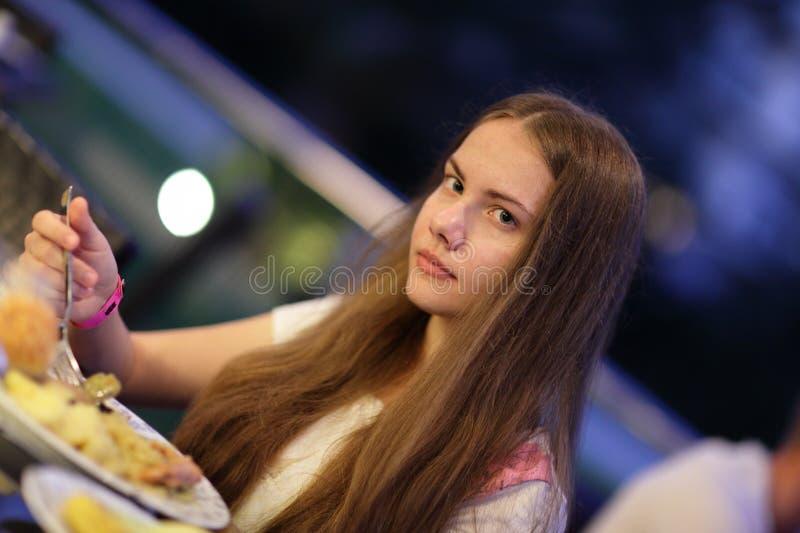 Jugendlicher in der Gaststätte lizenzfreies stockfoto