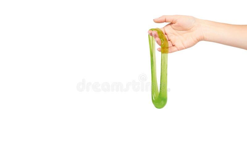 Jugendlicher, der gr?nen Schlamm mit der Hand, transparentes Spielzeug spielt stockbilder
