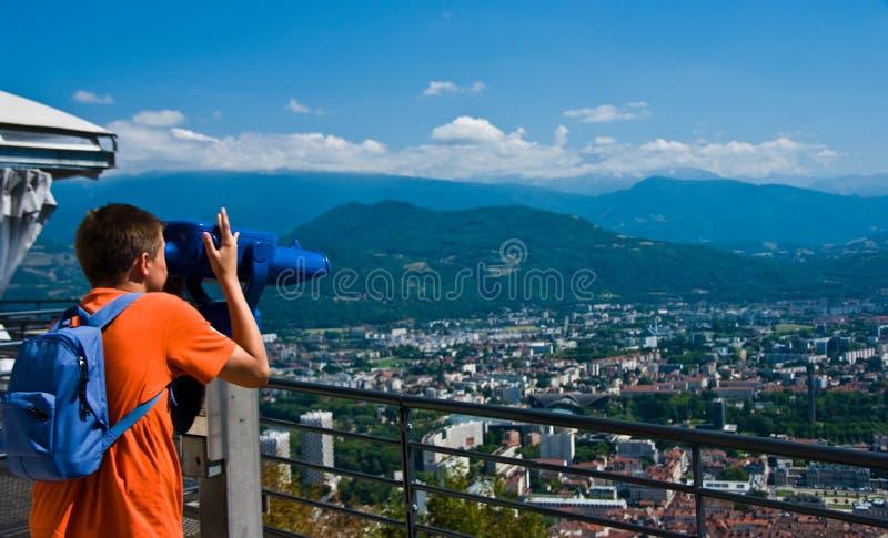 Jugendlicher, der Grenoble von der Bastille betrachtet lizenzfreies stockbild
