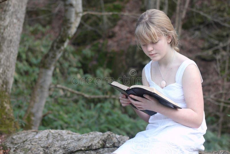 Jugendlicher, der ihre Bibel 2 liest stockbilder