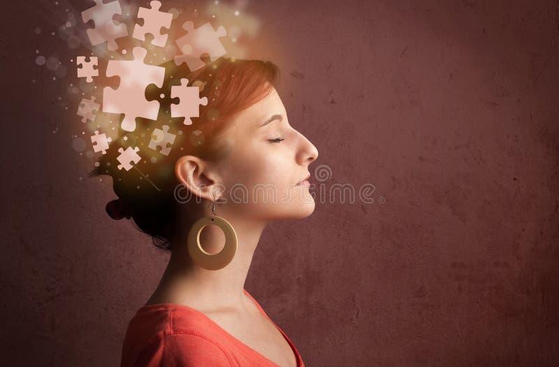Jugendlicher, der mit glühendem Puzzlespielverstand denkt lizenzfreies stockbild