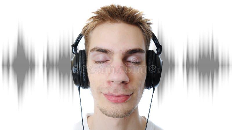 Jugendlicher, der Musik hört lizenzfreie stockfotografie