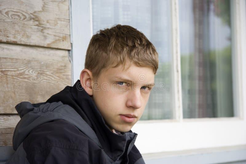 Jugendlicher, der in Platz anstarrt lizenzfreie stockbilder