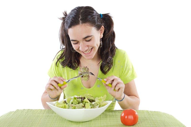 Jugendlicher, der Salat isst stockfotografie