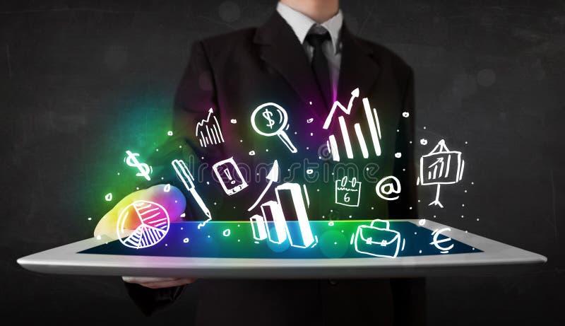 Jugendlicher, der Tablette mit Diagramm- und Diagrammsymbolen hält stockfotos