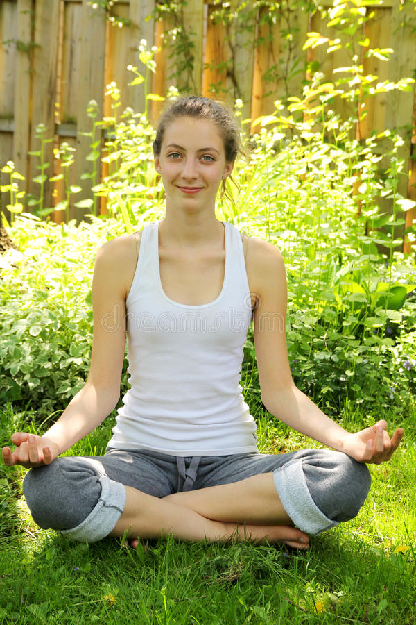 Jugendlicher, der Yoga tut lizenzfreie stockfotos