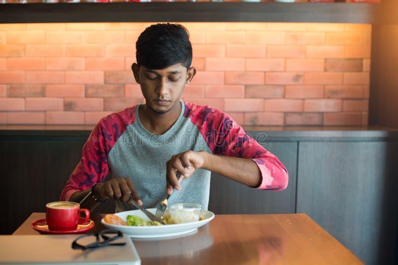 Jugendlicher indischer Mann stockfoto