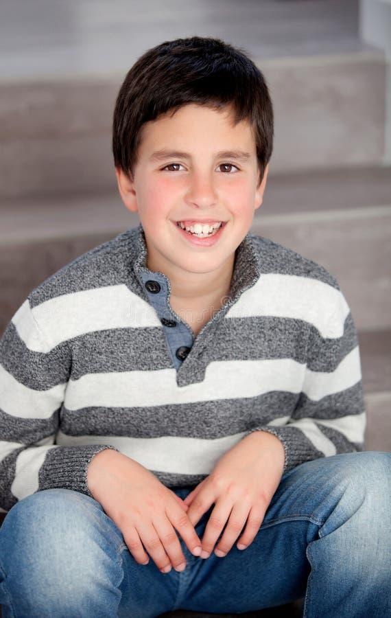Jugendlicher Junge, der auf der Treppe sitzt stockfoto