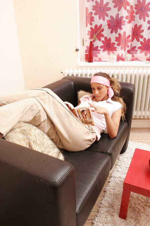 Jugendlicher liest stockfotografie