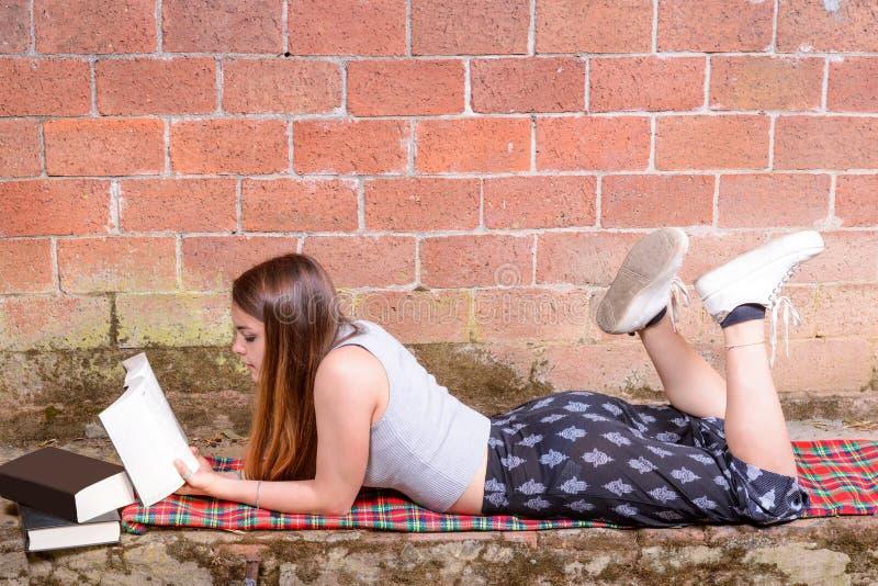 Jugendlicher liest Buch lizenzfreie stockfotos