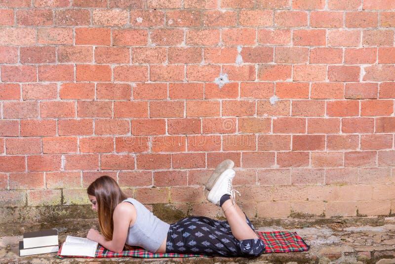 Jugendlicher liest Buch lizenzfreie stockfotografie
