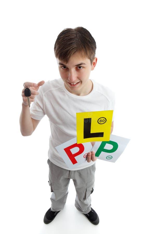 Jugendlicher mit AnfängerFührerscheinplatten stockbild