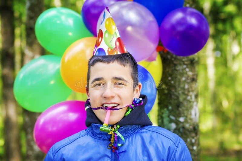 Jugendlicher mit Ballonen in der Geburtstagsfeier lizenzfreies stockfoto