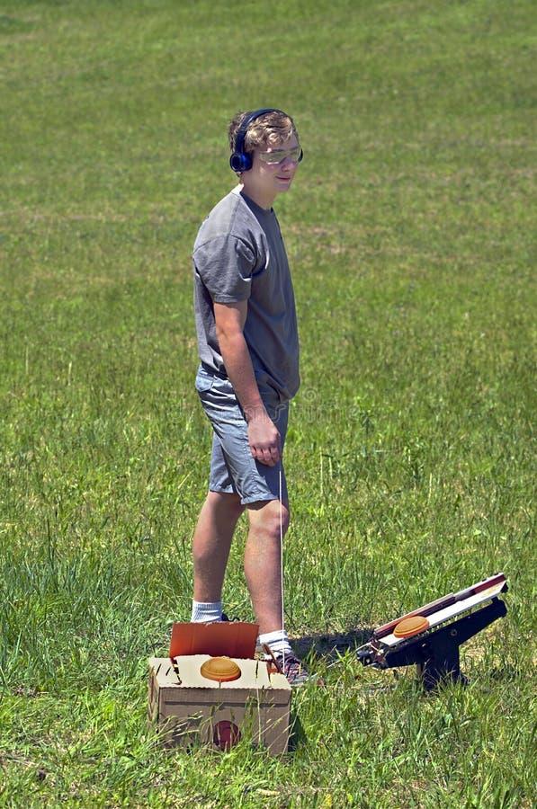 Jugendlicher mit Clay Shotgun Targets lizenzfreie stockfotos