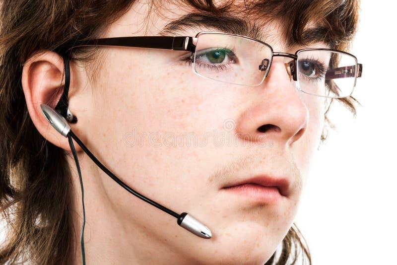 Jugendlicher mit einem Mikrofon lizenzfreie stockfotos