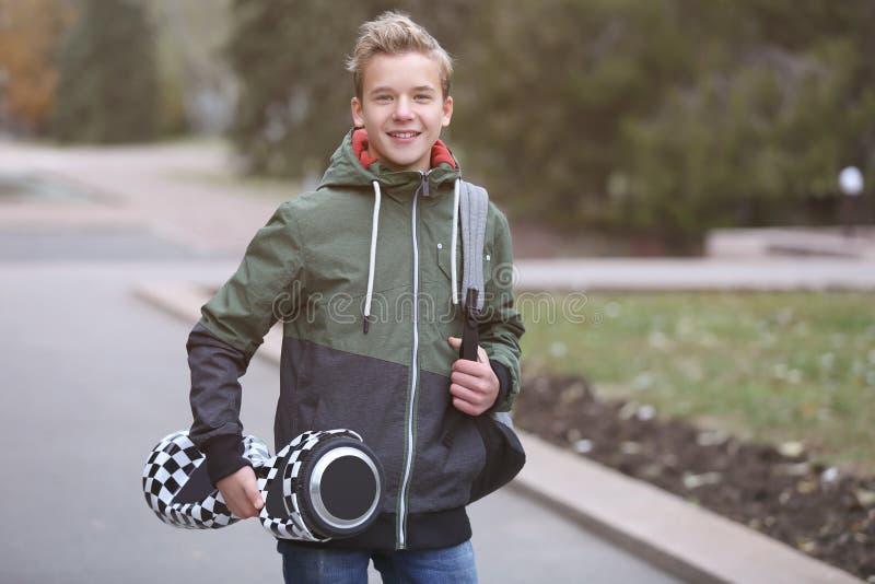 Jugendlicher mit gyroscooter im Park lizenzfreie stockfotos