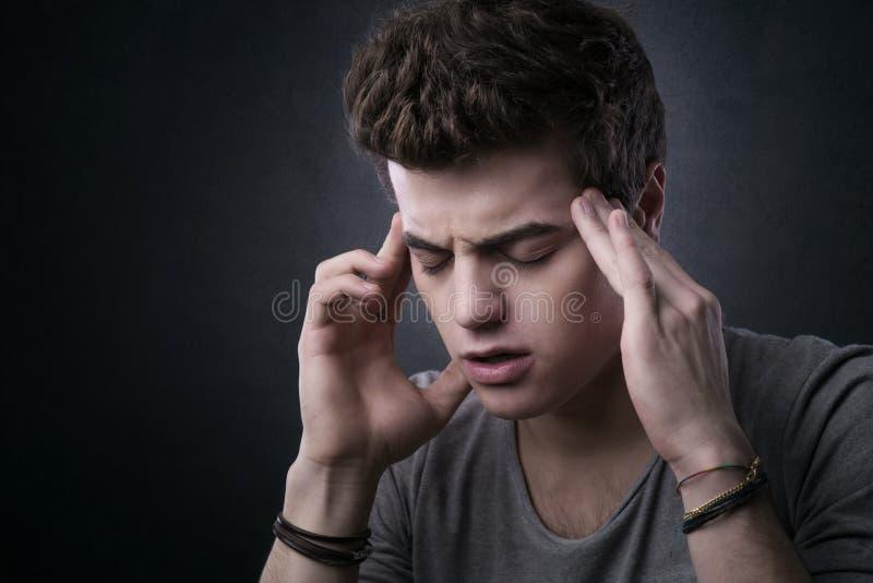 Jugendlicher mit Kopfschmerzen stockfoto