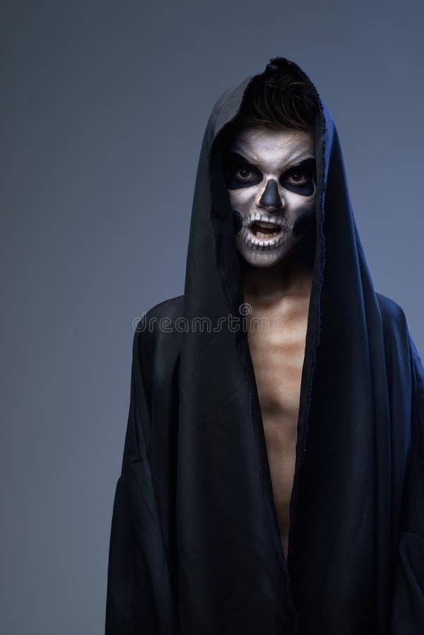 Jugendlicher mit Make-upschädelkap lizenzfreies stockbild