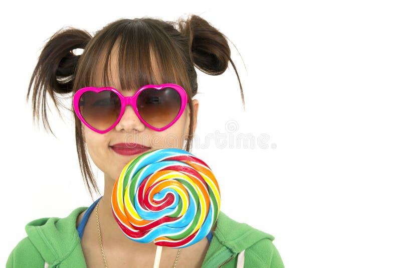 Jugendlicher mit Süßigkeit lizenzfreie stockbilder
