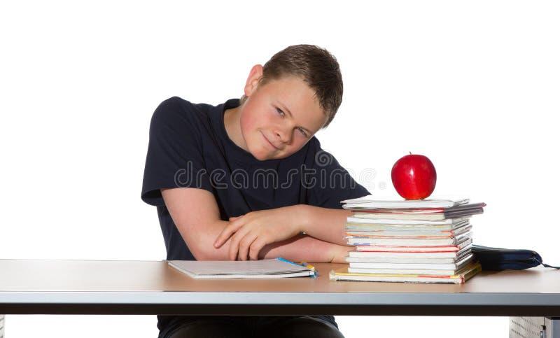 Jugendlicher mit Stapel der Bücher und des Apfels lizenzfreie stockbilder