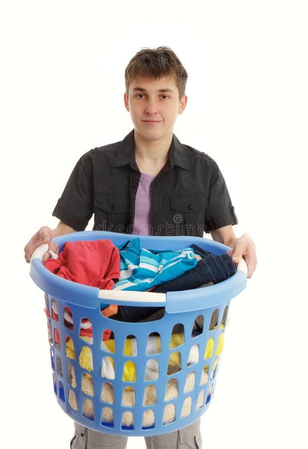 Jugendlicher mit Wäschekorb stockbilder