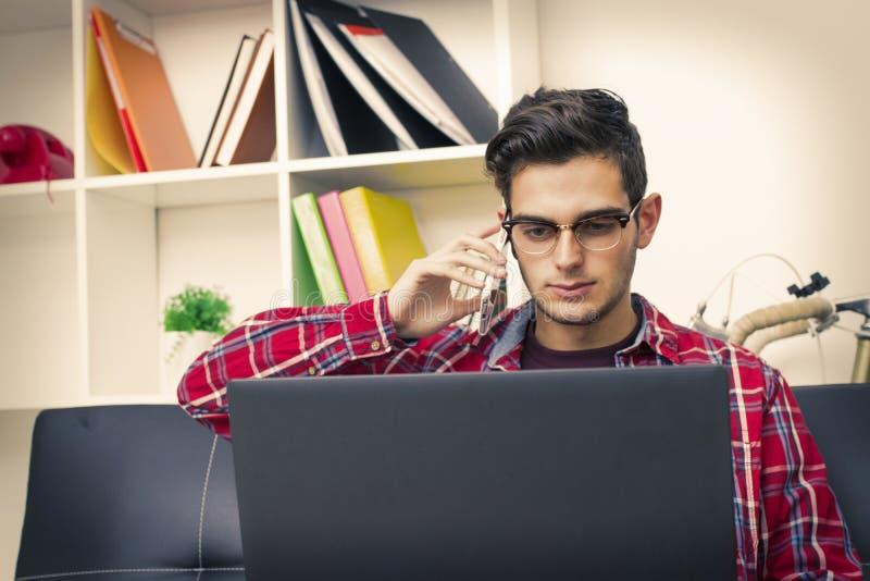 Jugendlicher oder Student mit dem Laptop stockfoto