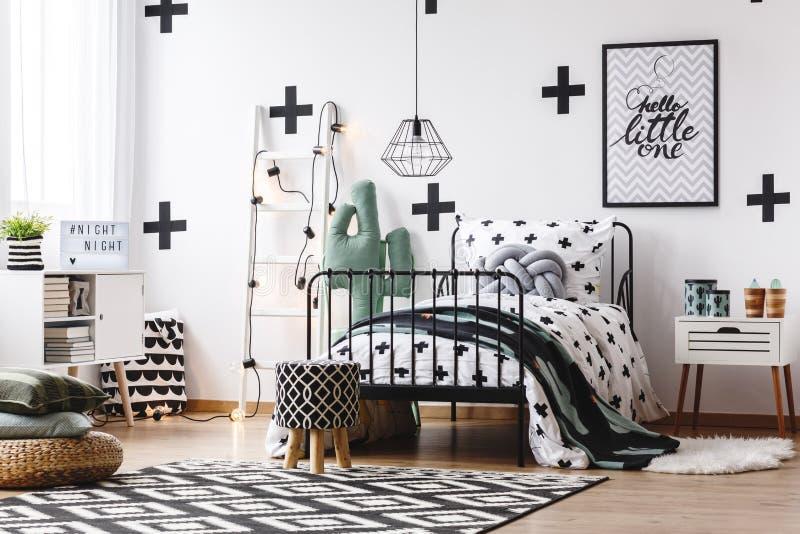 Jugendlicher ` s Schlafzimmer mit Kaktusmotiv stockbild