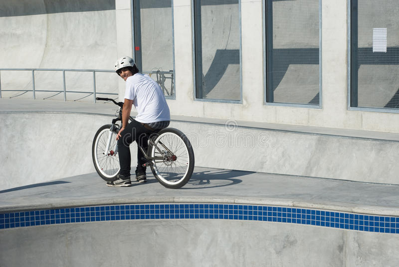 Jugendlicher am Skateboard-Park lizenzfreies stockfoto