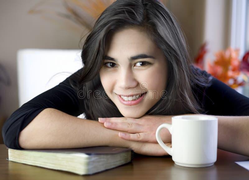 Jugendlicher am Tisch mit Bibel und Kaffeetasse stockbilder