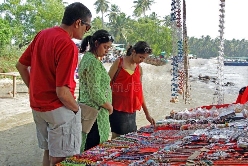 Jugendlicher und Eltern, die in der Flohmarkt kaufen lizenzfreies stockbild