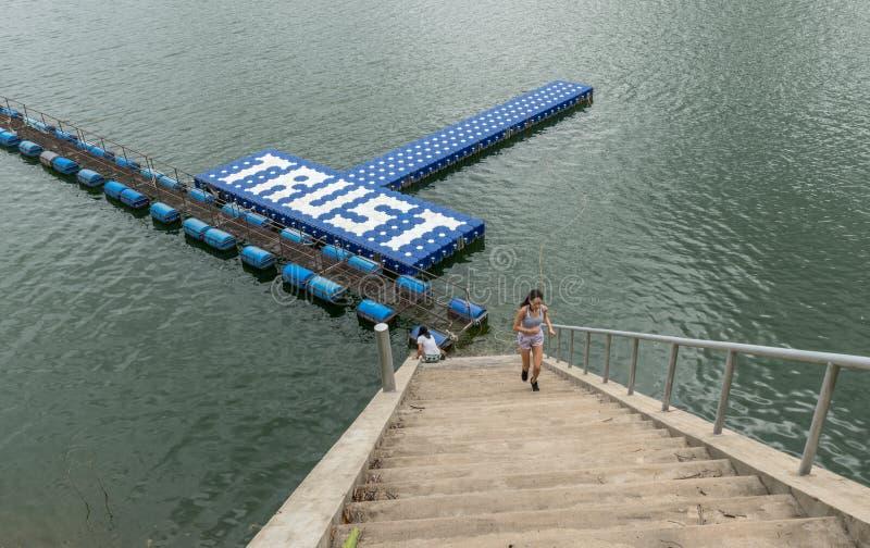 Jugendlicher und Mutter am resevoir in Thailand stockbild