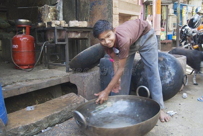 Jugendlicher wäscht Metallwanne in Jodhpur, Indien lizenzfreies stockbild