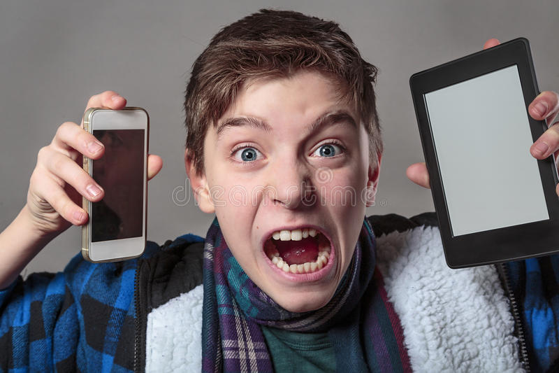 Jugendlicher wird mit digitalen Medien verrückt stockfotos