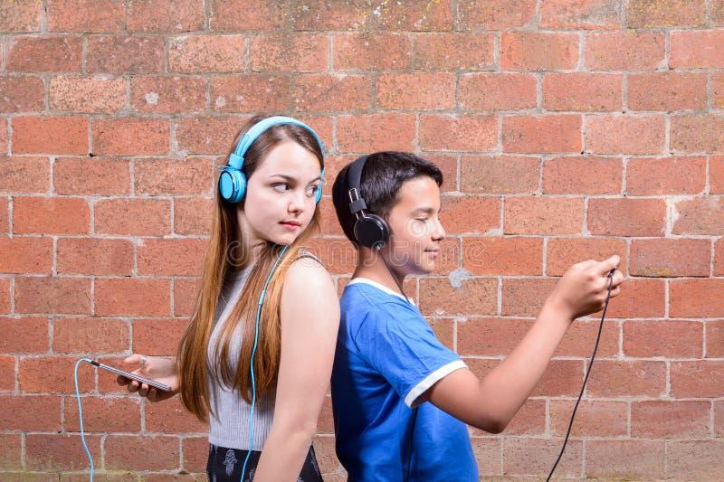 Jugendlicher zwei mit Smartphones lizenzfreie stockfotografie