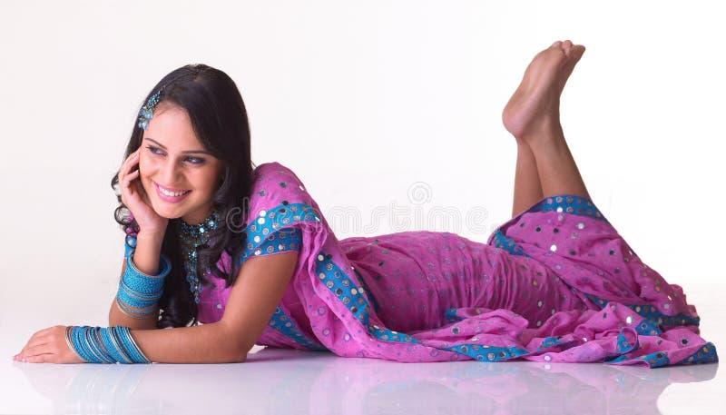 Jugendliches indisches Mädchen mit einem Lächeln stockfotografie