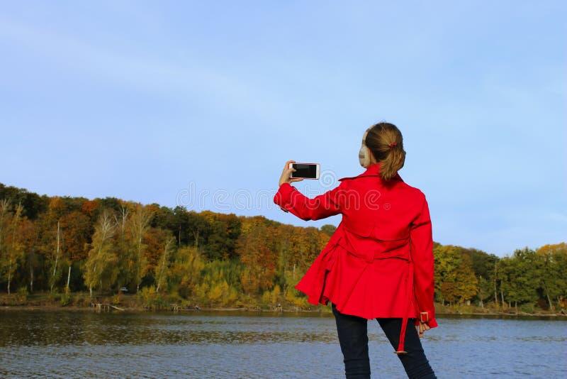 Jugendliches Mädchen machen ein Foto einer schönen Natur lizenzfreies stockfoto