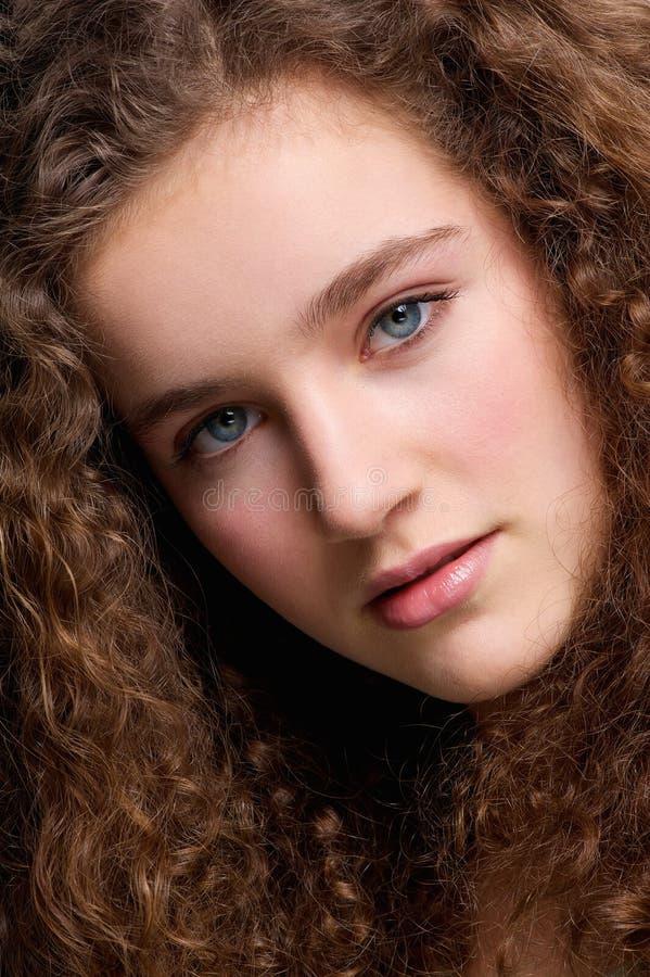 Jugendliches weibliches Mode-Modell des Schönheitsporträts mit dem gelockten Haar lizenzfreie stockfotos